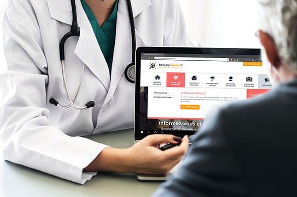 Docteur montrant le site bonjoursenior à un patient